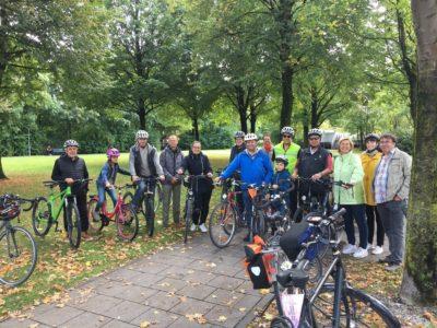 Mitglieder des OV Ismaning Bündnis 90/Die Grünen mit Robert Burschik, Leiter der Arbeitsgruppe München Nord des Allgemeinen Deutschen Fahrradclubs (ADFC)